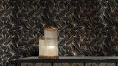 Смелые геометрические обои в гостинную с четкими золотистыми линиями на насыщенном бирюзовом фоне.