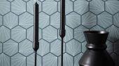 Выбрать обои для гостиной Aikyo с геометрическим принтом на голубом фоне из коллекции Japandi  от Scion на сайте odesign.ru