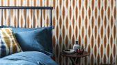 Подобрать  обои для спальни в рыжем цвете  с геометрическим рисунком из  коллекции Japandi дизайн Kasuri  от Scion в салоне odesign