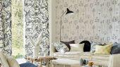Купить английские обои в гостиную арт. 112019 дизайн Soetsu из коллекции Zanzibar от Scion, Великобритания с принтом в виде абстрактных растений темно-серого цвета на серо-коричневом фоне в минималистичном стиле в салоне обоев Odesign в Москве