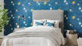 Заказать флизелиновые обои Out Of This World арт. 112642 с изображением мерцающих серебристых звезд и планет на темно-синем фоне в интернет-магазине.