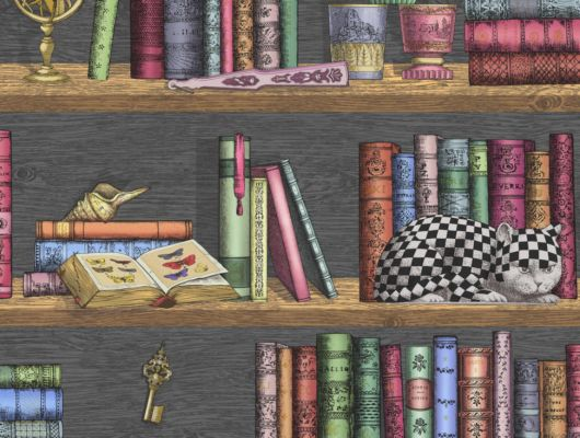 Кабинетные обои из флизелина с роскошным рисунком загадочной библиотеки. Книги стоят на полке среди диковинных предметов и шахматного кота, Fornasetti Senza Tempo, Английские обои, Новинки, Обои для кабинета, Обои для прихожей, Хиты продаж