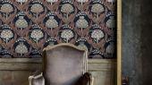 Обои Fardis - Mai арт. 11711. Детально прорисованные артишоки и колокольчики объединены современным стилевым оформлением, в котором насыщенные, экспрессивные цвета применяются наравне с классическими оттенками. Светлый фон подчёркивает нежное сочетание серых и розовых оттенков. Стильный интерьер, цветы на обоях, фото в интерьере.