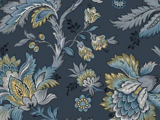 Обои Delphine арт. 11737 от Fardis. Один из архивных дизайнов, послужил вдохновением для их создания, который напоминает старинный гобелен. Растительный орнамент в голубых, желтых  и сизых тонах выполнен на фоне темно-синего цвета. Подобрать обои, растительный орнамент, цветы в интерьере., CANTARI, Обои для гостиной
