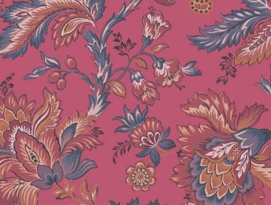 Обои Delphine арт. 11740 от Fardis. Один из архивных дизайнов, послужил вдохновением для их создания, который напоминает старинный гобелен. Растительный орнамент в синих, красных, терракотовых, сиреневых и горчичных тонах выполнен на фоне красно-розового цвета. Посмотреть коллекцию, выбрать обои, заказать доставку., CANTARI, Новинки, Обои для гостиной