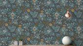 Обои Aoroo арт. 11757. Ещё один экземпляр из  архива Fardis, нарисованный от руки и похожий на гобелен, этот детальный дизайн привносит в любой интерьер художественную атмосферу движения искусств и ремёсел. Растительный орнамент в темно-серых, оранжевых и зеленых тонах выполнен на фоне молочного цвета. Стильный интерьер, цветы на обоях, фото в интерьере.