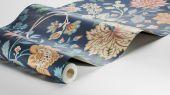 Флизелиновые обои из Швеции коллекция Vårt Arkiv от Borastapeter под названием ALICIA.  Восхитительный цветочный узор в витражном стиле на темно-синем фоне из цветов в желтых, зеленых, голубых и абрикосовых тонах. Обои для спальни, обои для гостиной, обои для кухни. Купить обои в интернет-магазине Одизайн, бесплатная доставка, онлайн оплата