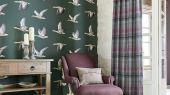 Флизелиновые обои для гостиной Geese из коллекции Elysian от Sanderson арт.216608 с рисунком птиц на зеленом фоне можно выбрать на сайте odesign.ru