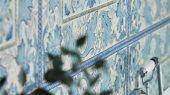 Заказать дизайнерские бумажные обои арт. 216671 из коллекции Melsetter от Morris, с колокольчиками и листьями аканта окруженные декоративной элегантной каймой ,недорого, с доставкой в Москве.