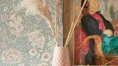 Купить бумажные обои для гостиной арт. 216680 из коллекции Melsetter от Morris, с листьями аканта в бирюзовом и розовом цвете на сайте odesign.ru.Фото в интерьере