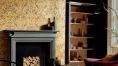 Дизайнерские бумажные обои арт. 216685 из коллекции Melsetter от Morris, Великобритания с разнообразными цветами и птицами в металлическом оттенке использовать для ремонта гостиной.Фото в интерьере