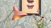 Английские обои Cantaloupe арт. 216761 из коллекции Caspian, Sanderson,  Великобритания с изображением мускусной дыни с растительным узором на английском сером фоне, выбрать в шоу-руме в Москве.Фото в интерьере.