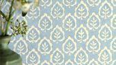 Заказать флизелиновые обои для спальни Fencott с рисунком листьев на голубом фонем из коллекции Littlemore от Sanderson с доставкой.