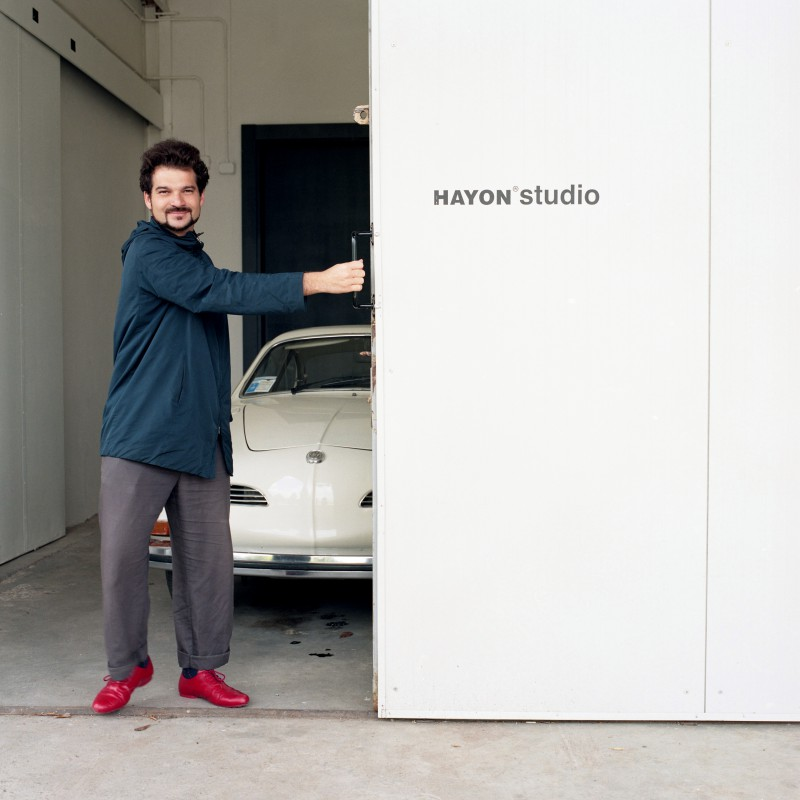 Мадридский дизайне Джейме Айонв одном из своих офисов