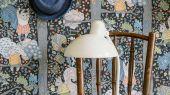 """Обои для детской комнаты Charlie  с узором из озорных белок на ветках дуба, на темном фоне из коллекции """"Scandinavian Designers Mini"""" от Borastapeter, можно найти по самой низкой в России цене от производителя"""