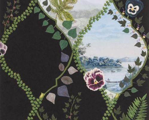 Изящное воплощение стелящихся побегов плюща и цветущих анютиных глазок, форму которым придает трельяжная решетка, на черном фоне представляет собой серию безмятежных ландшафтов - взгляд в уникальный мир Christian Lacroix изображенный на дизайнерских обоях из Великобритании, Histoires Naturelles, Обои для гостиной, Обои с цветами