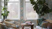Флизелиновые обои из Швеции коллекция Vårt Arkiv от Borastapeter под названием ALICIA.  Светло-голубые обои с приглушенным цветочным узором в винтажном духе. Обои для спальни, обои для гостиной, обои для кухни. Купить обои в интернет-магазине Одизайн, бесплатная доставка, онлайн оплата