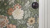 Обои из Швеции коллекция Falsterbo lll от Borastapeter, с рисунком под названием DAHLIA GARDEN сад Далия  изображены крупные цветы. Обои для спальни, для гостиной . Шведские обои купить, в интернет-магазине, бесплатная доставка, оплата онлайн, большой ассортимент
