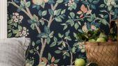 Обои  из Швеции коллекция Falsterbo lll, с рисунком под названием Ingrid Marie Ингрид Мари  изображены цветы и плоды яблони. Обои для спальни, для гостиной . Шведские обои купить,  салон обоев ОДизайн, в интернет-магазине, бесплатная доставка,  большой ассортимент