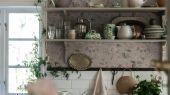 Купить флизелиновые обои Laura´s Cottage, арт. 3572 с рисунком из разбросанных нежно розовых и рыжевато-красных цветов с приглушенно-зеленой листвой на абрикосово-бежевом фоне в салонах Москвы.