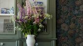 Заказать обои Nightingale Garden, арт. 3561 с цветочным рисунком, вдохновленным переплетениями жаккардовых тканей и узорами восточных ковров в оттенках охры, красного, бирюзового и лилового на темно-зеленом фоне в интернет-магазине ODesign с бесплатной доставкой.