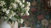 Купить фотообои Nightingale Garden Mural с цветочным орнаментом в оттенках, напоминающих драгоценные камни на темном сине-сером фоне с жаккардовой текстурой в салонах ОДизайн.
