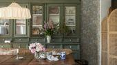 Купить обои  Nightingale Garden арт. 3562 из коллекции Cottage Garden от Borastapeter с живописным цветочным узором, имитирующим жаккардовую ткань приглушенных оттенков розового, голубого, зеленого и желтого в салонах Одизайн.
