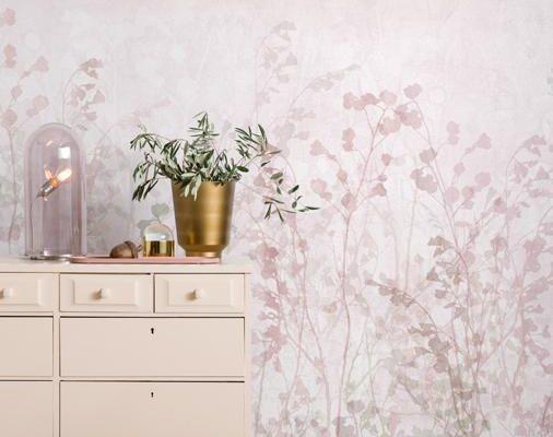 Фото интерьера с обоями Flown — Rose Ash от Mr Perswall. На обоях изображён дремлющий летний луг во всём многообразии нежных розовых оттенков., Flowers & Aquarelle, Индивидуальное панно, Фотообои