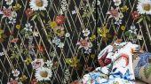 Обои Rocaille с стильным цветочным оранментом, среди косых линий на черном фоне с доставкой до вашего дома