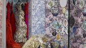 Подберите сюжетные обои от Christian Lacroix в стиле жуи, с изображением растительности, людей, животных и предметов обихода, для вашей гостиной или спальни