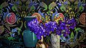 Яркие обои Noailles от Christian Lacroix с цветочным дамаском на черном фоне для оформления гостиной или спальни.