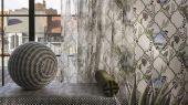 Изящное воплощение стелящихся побегов плюща и цветущих анютиных глазок, форму которым придает трельяжная решетка, на белом фоне представляет собой серию безмятежных ландшафтов - взгляд в уникальный мир Christian Lacroix изображенный на дизайнерских обоях из Великобритании
