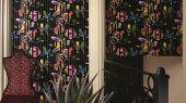 Приобрести в интернет магазине живописные обои Babylonia Nights Soft с изображениями экзотических цветов и растений, которые превращаются в прекраснейшую панораму сада с наложенными яркими черными линиями из черного флока, подчеркивающими неповторимость стиля Christian Lacroix.