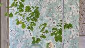 Заказать фирменные обои для спальни арт. PDG1050/02  из коллекции Mandora от Designers Guild, Великобритания с растительным принтом  белого цвета на зеленом фоне на сайте Odesign, онлайн оплата, бесплатная доставка