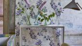 Английские обои для столовой арт. PDG1051/01  из коллекции Mandora от Designers Guild, Великобритания с цветочным рисунком пионов в фиолетовых тонах на молочном фоне. Заказать на сайте Odesign, бесплатная доставка