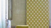 Заказать обои в гостиную арт. PDG1053/04  из коллекции Mandora от Designers Guild, Великобритания с современным геометрическим рисунком желто-горчичного цвета на сером фоне в шоу-руме  Одизайн, большой ассортимент