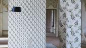 Обои в столовую арт. PDG1054/06  из коллекции Mandora от Designers Guild, Великобритания с современным геометрическим принтом в виде ромбов в серо-голубых тонах. Приобрести обои в шоу-руме Одизайн в Москве, широкий ассортимент