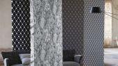 Флоковые обои для ремонта квартиры арт. PDG1053/05  из коллекции Mandora от Designers Guild, Великобритания с современным геометрическим принтом  черного цвета на золотом фоне.  Приобрести в интернет-магазине  Одизайн, онлайн оплата
