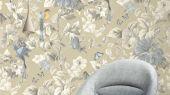 Обои флизелиновые Fardis PARADISE Camila, для спальни, для гостиной, с крупными цветами гибискуса серого цвета и птицами золотистого и голубого цвета на золотом металлизированном  фоне, купить в интернет-магазин обоев, салон обоев, большой ассортимент, купить обои в Москве, оплата обоев онлайн,  доставка обоев на дом