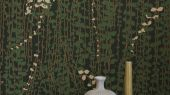 Флизелиновые обои из Швеции коллекция Scandinavian Designers III от Borastapeter под названием  RANKE.Тонкие свисающие плети мелких зеленых листочков на густо-зеленом фоне с легкими акцентами белых цветов   выглядят изысканно и элегантно.