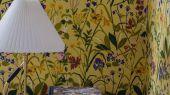 Флизелиновые обои из Швеции коллекция Scandinavian Designers III от Borastapeter  ROS OCH LILJA  арт.1963 в интерьереФлизелиновые обои из Швеции коллекция dinavian Designers III от Borastapeter  ROS OCH LILJA . Насыщенные яркие краски лета. Садовые цветы на  золотисто-желтом фоне. Печать передает ощущение росписи вручную.