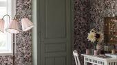Флизелиновые обои из Швеции коллекция Newbie от Borastapeter, с рисунком под названием Rosie. Крупно изображены бутоны роз на серо-фиолетовом фоне. Обои для детской, обои для спальни. Купить обои онлайн, большой ассортимент, бесплатная доставка.