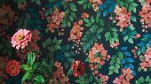Флизелиновые обои пр-во Великобритания коллекция Seville от Cole & Son, переливающийся цветочный рисунок под названием Bougainvillea на темном фоне. Обои для спальни, обои для кухни, обои для гостиной. Купить обои в салоне Одизайн, большой ассортимент, бесплатная доставка