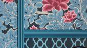 Обои Aurora от Cole and Son, помогут создать впечатляющий образ для вашего интерьера, с пышными малиновыми цветами среди лазурной листвы, доставка обоев по России
