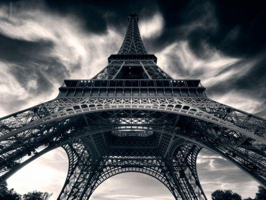 """Фотообои """"Целься в звезды"""" с изображением черно-белой Эйфелевой башни купить в шоу-руме в Москве, Creativity & Photo Art, Обои для гостиной, Фотообои"""