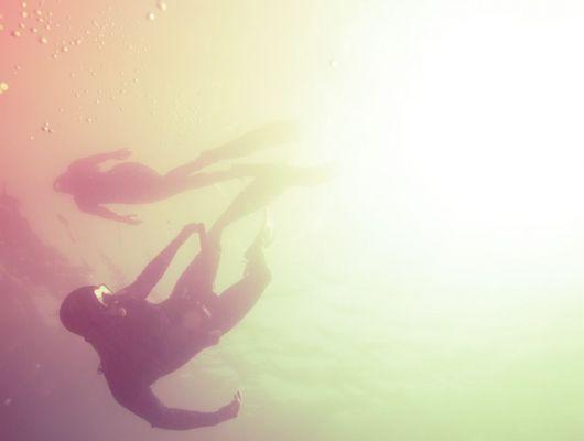 """Фотообои """"Дайвинг"""" с изображением двух дайверов в вечернем море, призывающих испытать погружение и изведать новый подводный мир, Adventure, Обои для гостиной, Фотография, Фотообои"""
