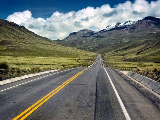 """Фотообои """"Желтая линия"""" с изображением длинной панамериканской дороги в Перу уходящий далеко за пределы взора., Adventure, Обои для гостиной, Фотообои"""