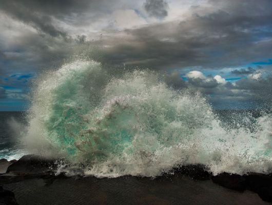 """Фотообои """"Шторм"""" с мощной энергетикой, с волной бьющейся о скалу, запечатленную в момент удара., Adventure, Обои для гостиной, Флизелиновые обои, Фотография, Фотообои"""