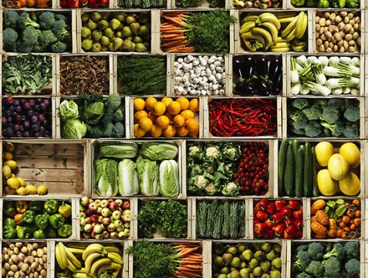 Фотообои с рыночным прилавком. В коробках лежат различные овощи и фрукты, напоминая о здоровье и правильном питании, Daily Details, Фотообои, Хиты продаж