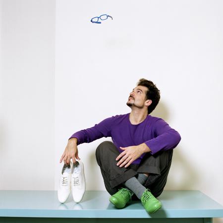 Испанский дизайнер Джейми Айон со своими ботинками Camper